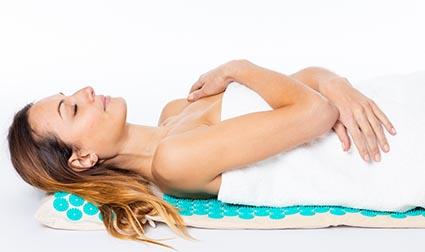 femme allongee sur tapis dacupression Climsom Zen bleu