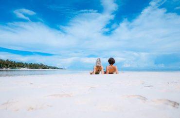 Couple qui bronze sur la plage