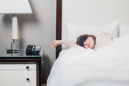 Femme qui dort à l'hotel