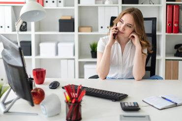 Femme-assise-au-travail-à-son-bureau