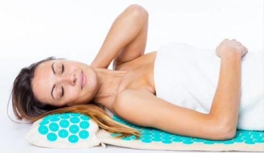 Femme détendue sur un tapis d'acupression Climsom Zen