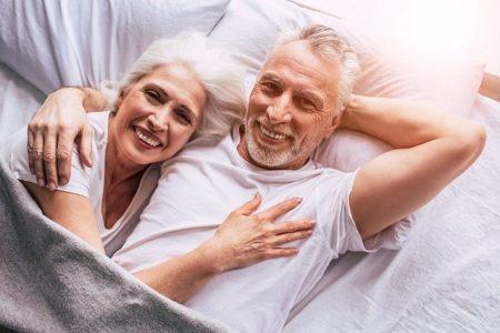 couple heureux au réveil après une nuit reposante