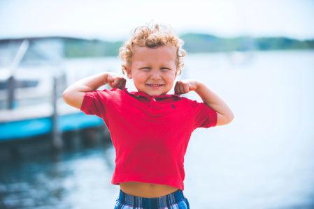 garçon avec muscles