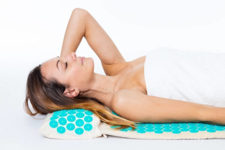 S'allonger sur un tapis d'acupression Climsom Zen