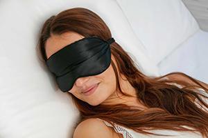 visage-femme-avec-masque-de-sommeil-en-soie
