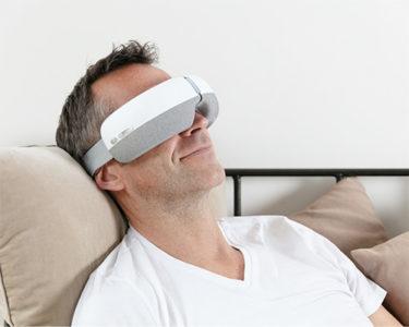 Homme-avec-Eye-Massager-massage-des-yeux